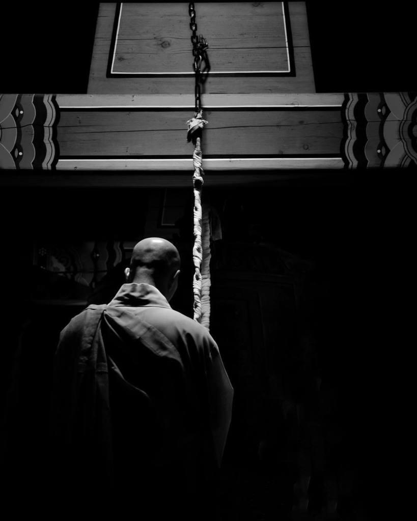 A Buddhist monk performs the evening bell ceremony after sundown. . . . #monochromefortheholidays #bell #blackandwhite #ig_monochrome #buddhism #buddha #monk #korea #asian #korean #peakdesign . . @peakdesign http://ift.tt/2E4DTS8pic.twitter.com/jh52dkQEX6