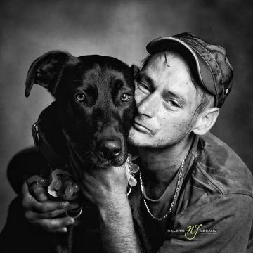 📸 Une association crée un calendrier pour rendre hommage aux sans-abri et leur chien. Des photographies poignantes.  https://t.co/i3Ssm2yE4M