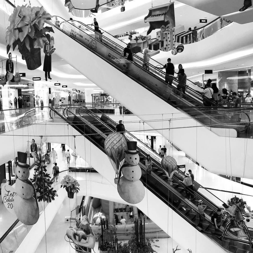I have never seen so many people at central empty before. #bangkok #shopping #monochromefortheholidays http://ift.tt/2ltNPwhpic.twitter.com/wpoLvFZlI4