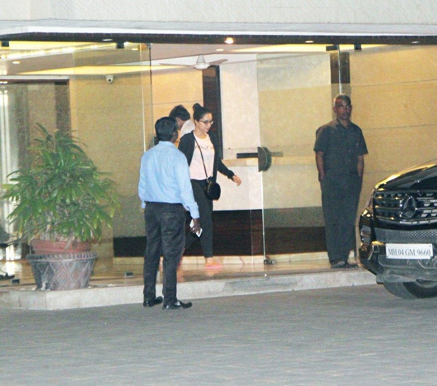 [PICS]: @ShraddhaKapoor spotted at Atul Agnihotri's house!