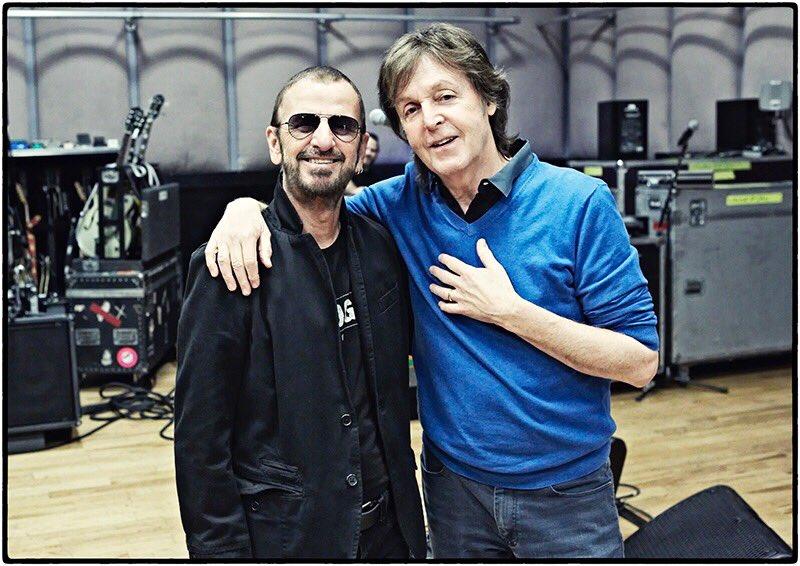 Paul Ringo-nak gratulál lovagi kitüntetéséhez