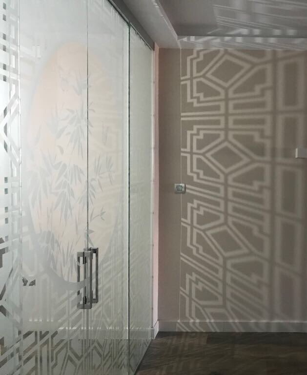 Cerramiento (dos fijos y dos puertas correderas) decorado en mate y transparente