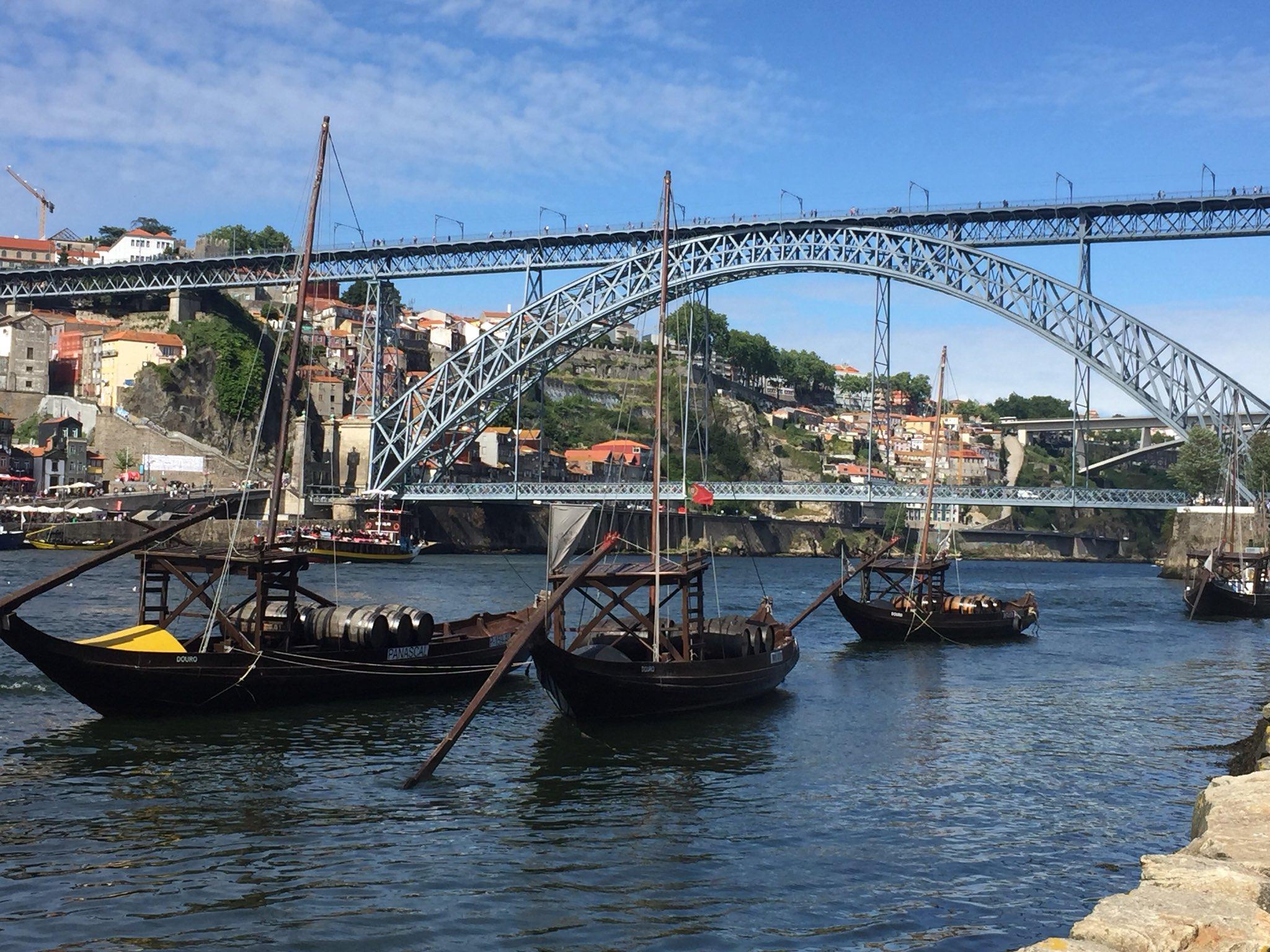 """Y en abril descubrí otra joya portuguesa, #Oporto rodeado de los mejores y más """"oportunos"""" compañeros de viaje https://t.co/N3EpKF7Ijt"""
