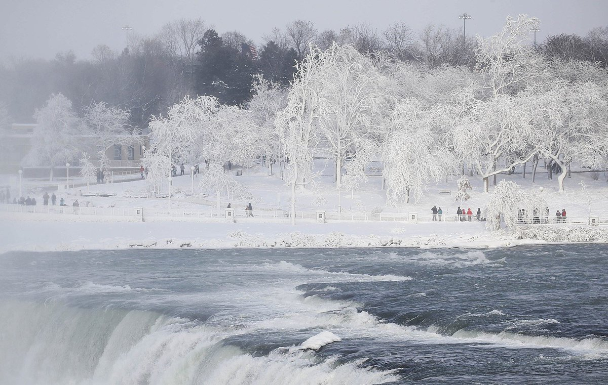 Extreme Cold Turns Niagara Falls Into a Frozen Fairy Tale Landscape