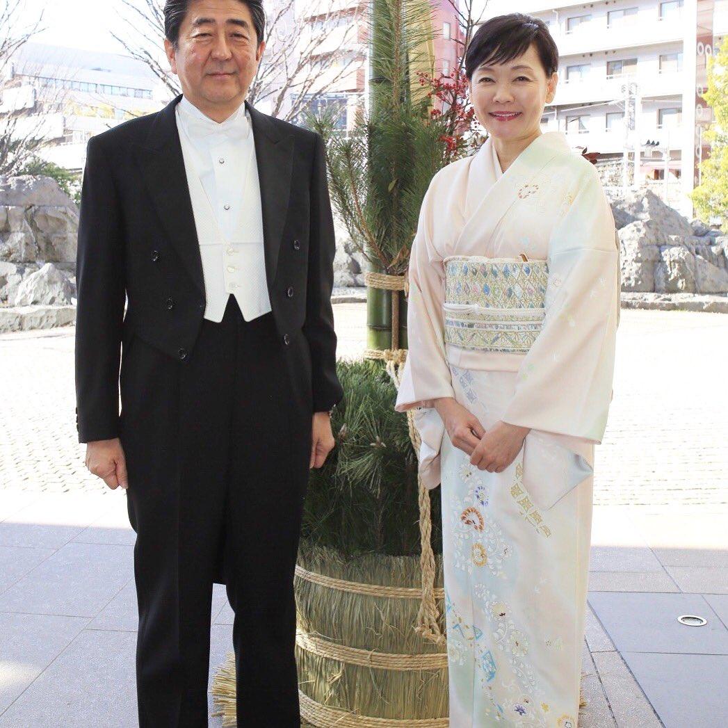 あけましておめでとうございます。 元旦、東京はとっても良いお天気で富士山が綺麗に見えました。その神々しい姿に思わず手を合わせ、年頭にあたり我が国の平和と繁栄を祈念いたしました。  天皇皇后両陛下のご健康とご皇室の弥栄をお祈りし、これから新年祝賀の儀に参列する為皇居に参内いたします。