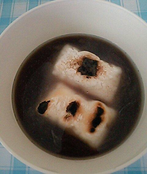 test ツイッターメディア - ストーブの上にクッキングシートを敷いてお餅を焼き、ダイソーの電子レンジでラーメンを使って、おしるこを作りました!?  あずき缶と水と砂糖を適量入れて、電子レンジで温めたら出来上がり!?? 焼いたお餅を入れておしるこ!?? 美味しいし楽チンですよ!?? #おしるこ #ダイソー #レンジでおしるこ https://t.co/cJhPHS2EwM