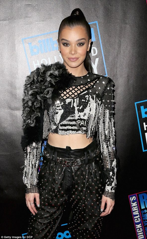 #HaileeSteinfeld stuns in bare midriff at Dick Clark's New Year's Rockin' Eve in LA!🔥🔥😍 https://t.co/LWAQ7LEK3I
