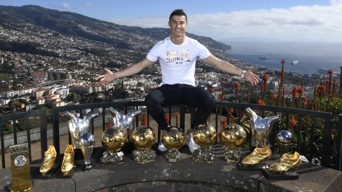 Cristiano Ronaldo exhibió todos sus trofeos personales