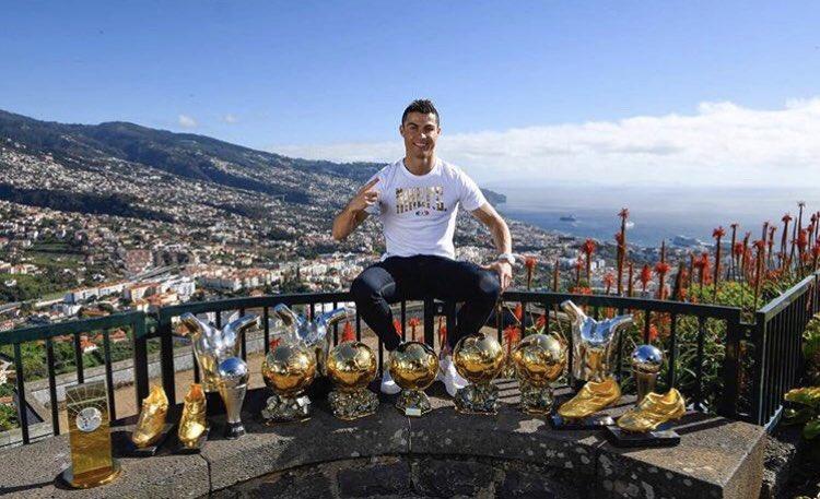 Quando jogava nas ruas da Madeira e sonhava chegar ao topo não pensei que tiraria uma foto assim. Dedico este momento à minha família, amigos, colegas de equipa, treinadores e às estruturas de clubes e seleção. Um agradecimento especial aos fãs. Estes troféus também são vossos!