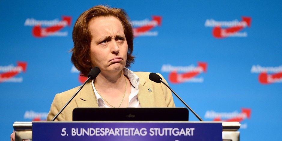 So dumm guckt man, wenn man jeden Gedankenfurz in die Welt hinaus bläst https://www.ksta.de/politik/kritik-an-koelner-polizei-tweet-von-beatrix-von-storch-loest-flut-von-strafanzeigen-aus-29421614…  #köln #weltoffen #keinschweinruftmichan #Afdpic.twitter.com/OrOMByKT0h