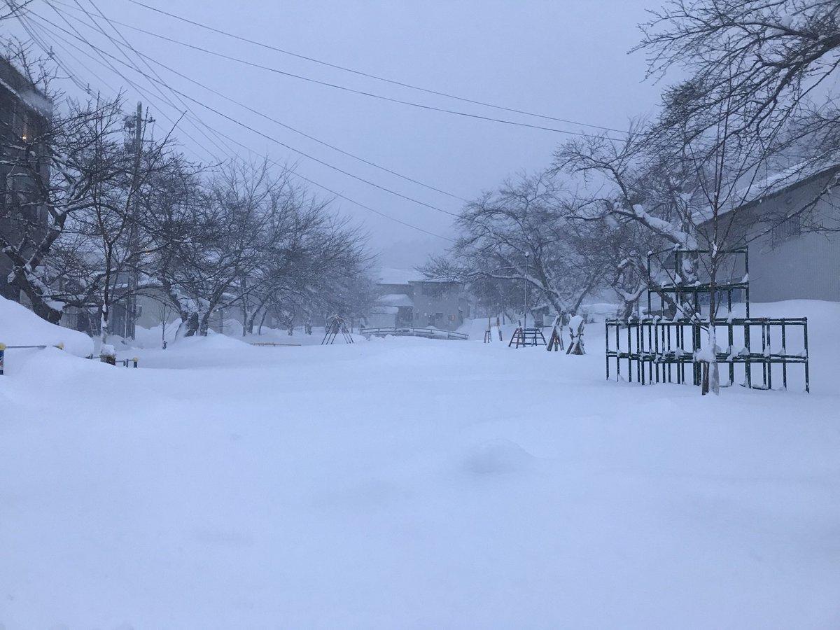 伝わらないかもしれませんが、細かく吹雪いてます。。。20センチくらい積もりました。昨日までが嘘のようなお天気。米沢だもの。。。 #小野川温泉 #近いよ米沢
