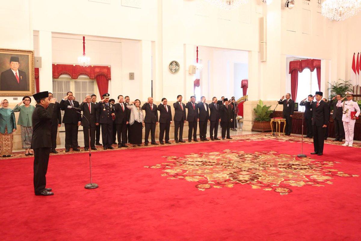 Hasil gambar untuk Presiden Jokowi melantik Mayjen (Purn) TNI Djoko Setiadi sebagai Kepala Badan Siber dan Sandi Negara di Istana Negara