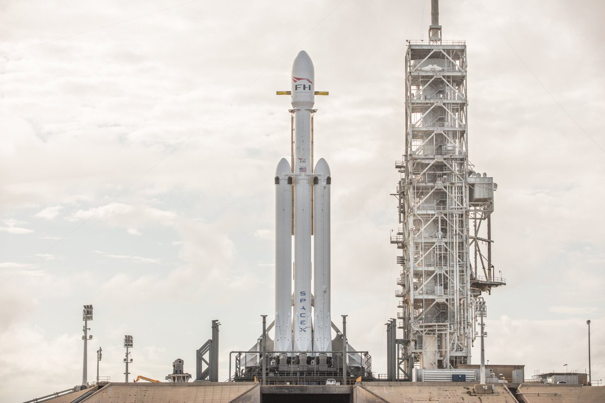 More photos of Falcon Heavy on the launch pad → https://t.co/095WHX44BX