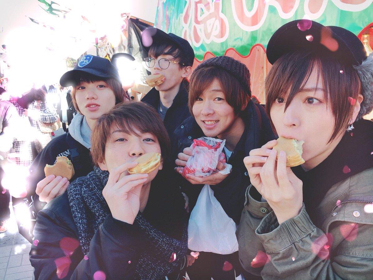 出店や、色んなお店の方々の暖かさに触れて 茨城の良さをとことん味わって来ました! 多分みんなも写真をアップして行くと思うので、楽しみにしててね! ゆーとが持ってんのは赤いイカ! 僕たちが食べてんのは今川焼きー!