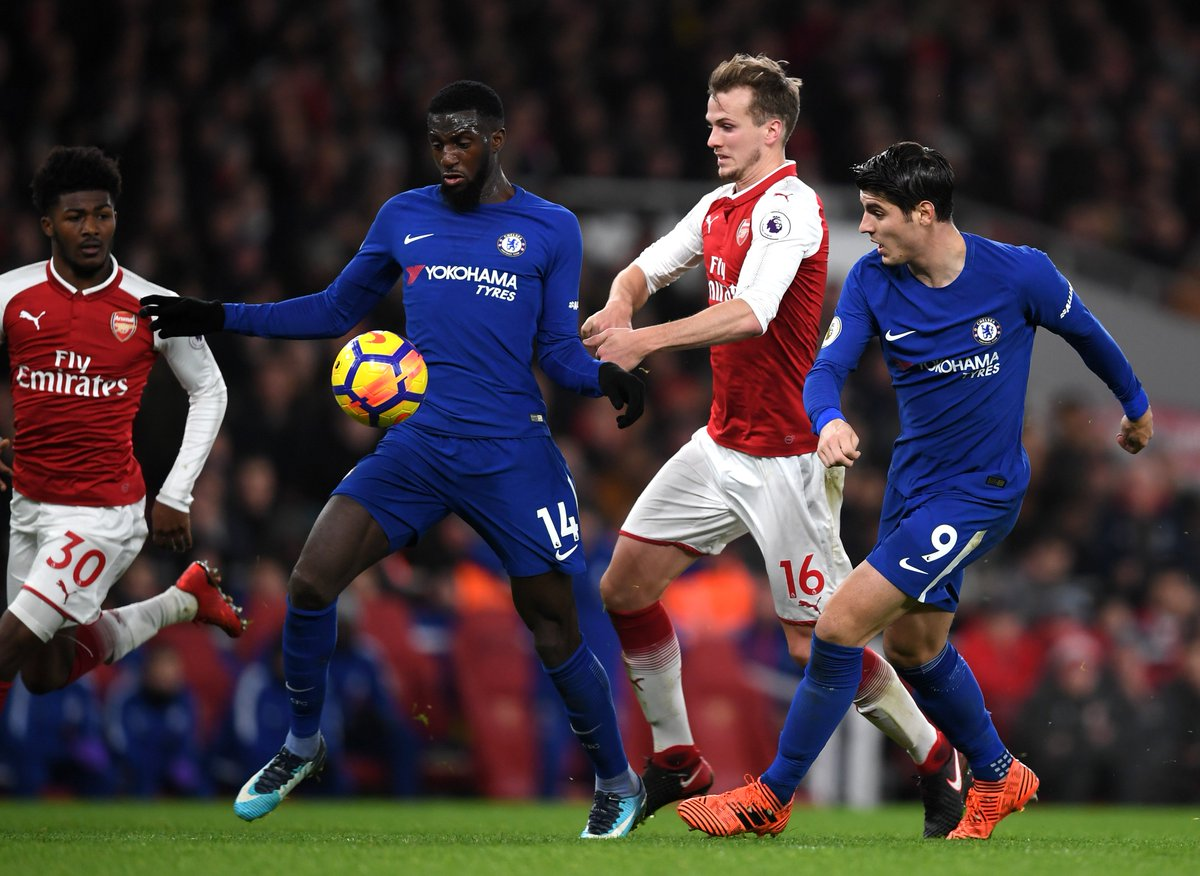 Full-time: Arsenal 2-2 Chelsea.  What a contest! A frantic finish but in the end the points are shared. #ARSCHE