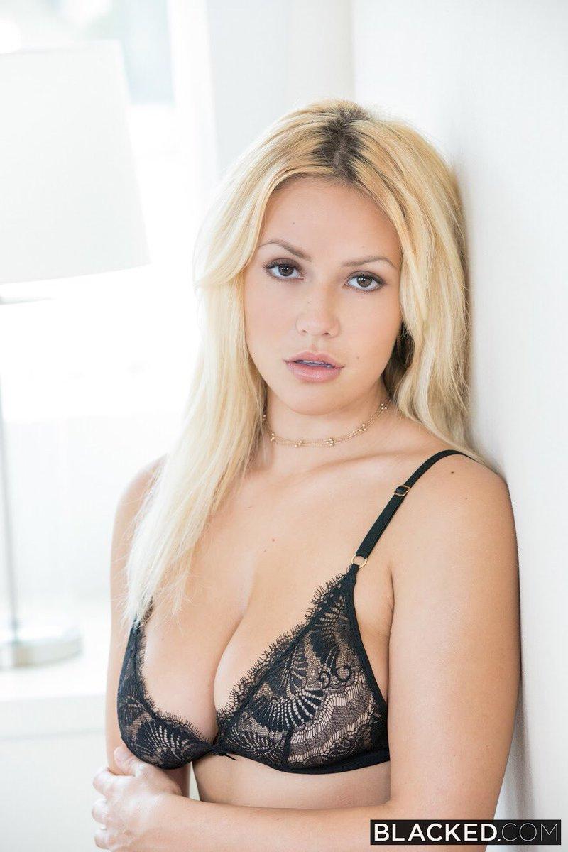 Reizvollen brunette Kylie Kalvetti wird gebohrt sowie von einem masseur