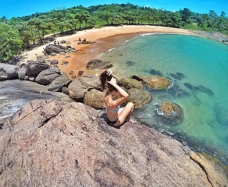 Que saudade desse lugar... . Praia dos Padres - Guarapari - ES . Face/Insta/Twitter @somoscapixaba .  @pribarros13  Parceiros  @brazilmaravilhas @avelasorveteria @lancheteria @vistabacutia . . #somoscapixaba #skyline #brazil_repost #ig_espiritosanto pic.twitter.com/oFbMsIe591