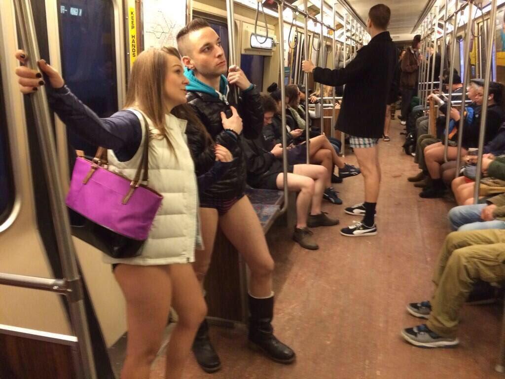 видны трусы в метро