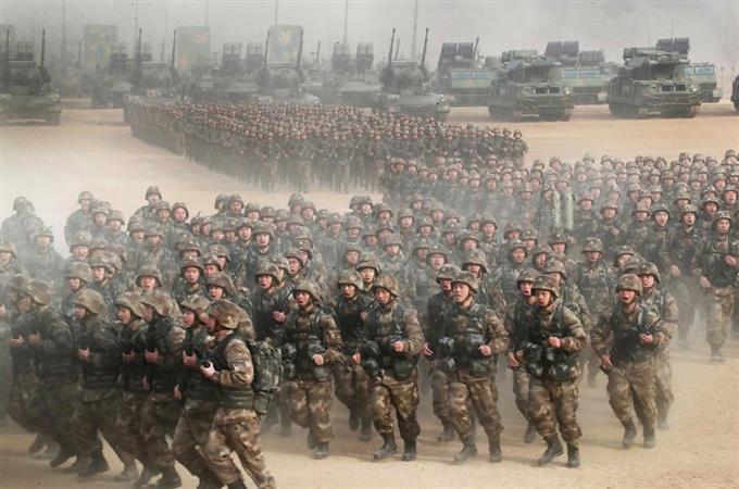 これは、中国軍が3日に全軍動員の「軍事訓練始動動員大会」を開催した際の二枚の写真。習近平はまさにこの場で全軍に対して実戦に備える準備を命じた一方、戦争のために死を恐れずとも呼びかけた。戦争が起こるはずはないと思う日本人、9条さえあれば平和になると思う日本人、この現実を直視せよ!