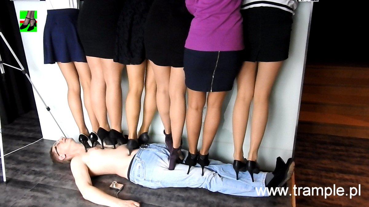 трамплинг лица в обуви молодых толстых девушек