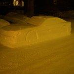 路上に車の雪像を作った結果?警察に駐禁切符を切られる!