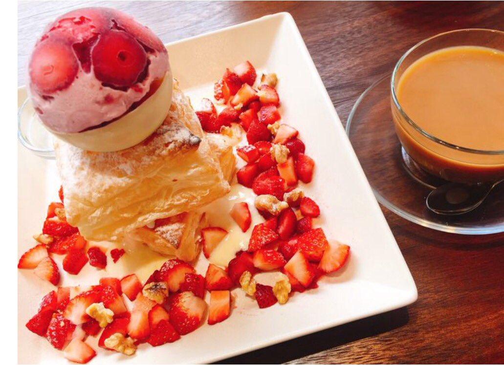 たっぷりイチゴが乗った「いちごたっぷりいちごパフェ」や「いちごパイ」 が食べられる高田馬場にある「Cafe de peru」