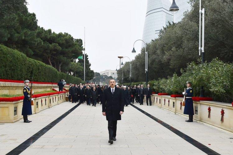 İlham Əliyev və Mehriban Əliyeva 20 Yanvar şəhidlərinin xatirəsini yad ediblər