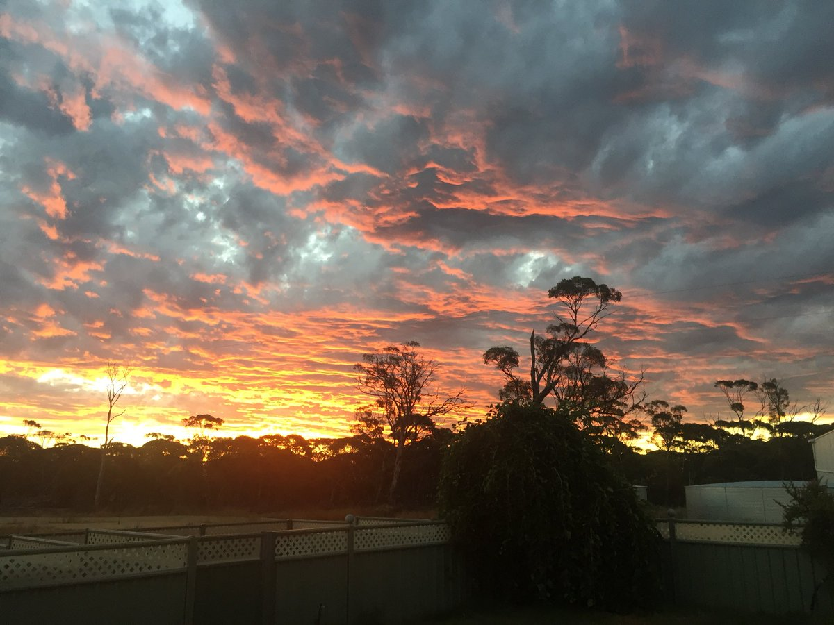 They might get some nice sunsets on the beach but we have some nice ones in the Gums #sunset #salmongums https://t.co/xhC1PIqZgu