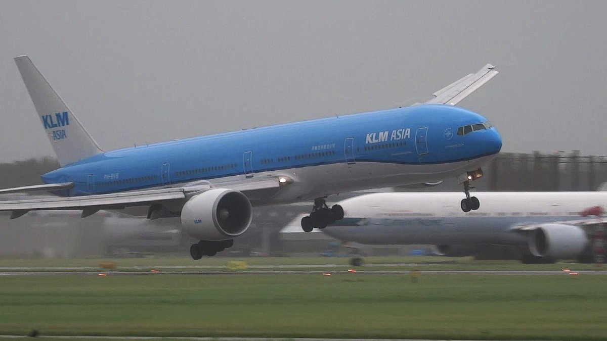 RT @RdenBoer82WX: Airport Schiphol, Amsterdam cancelled all flight for the next few hours because of strong storm and Severe wind gusts. …