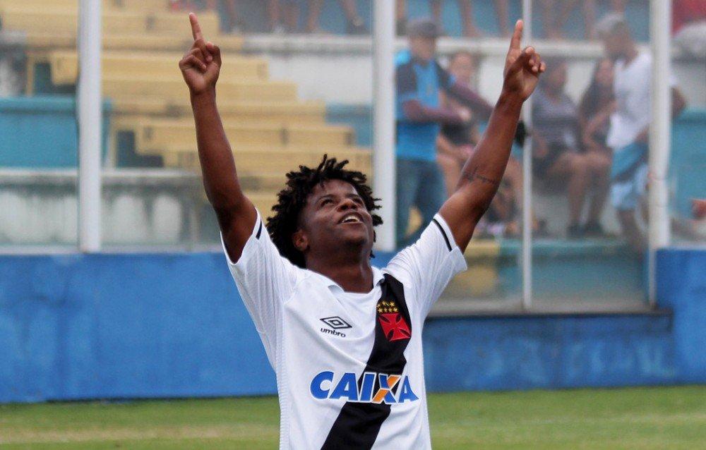 Com 13 anos de Vasco, Robinho se destaca...