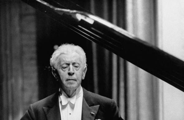 Arthur #RUBINSTEIN plays #CHOPIN, &quot;POLONAISE&quot; in Ab Major Op. 53 #piano #music #classical #ClassicalMusic #art #artlover  https://www. youtube.com/watch?v=gFlyKT yFfrs &nbsp; …  …<br>http://pic.twitter.com/zACvbofE6H