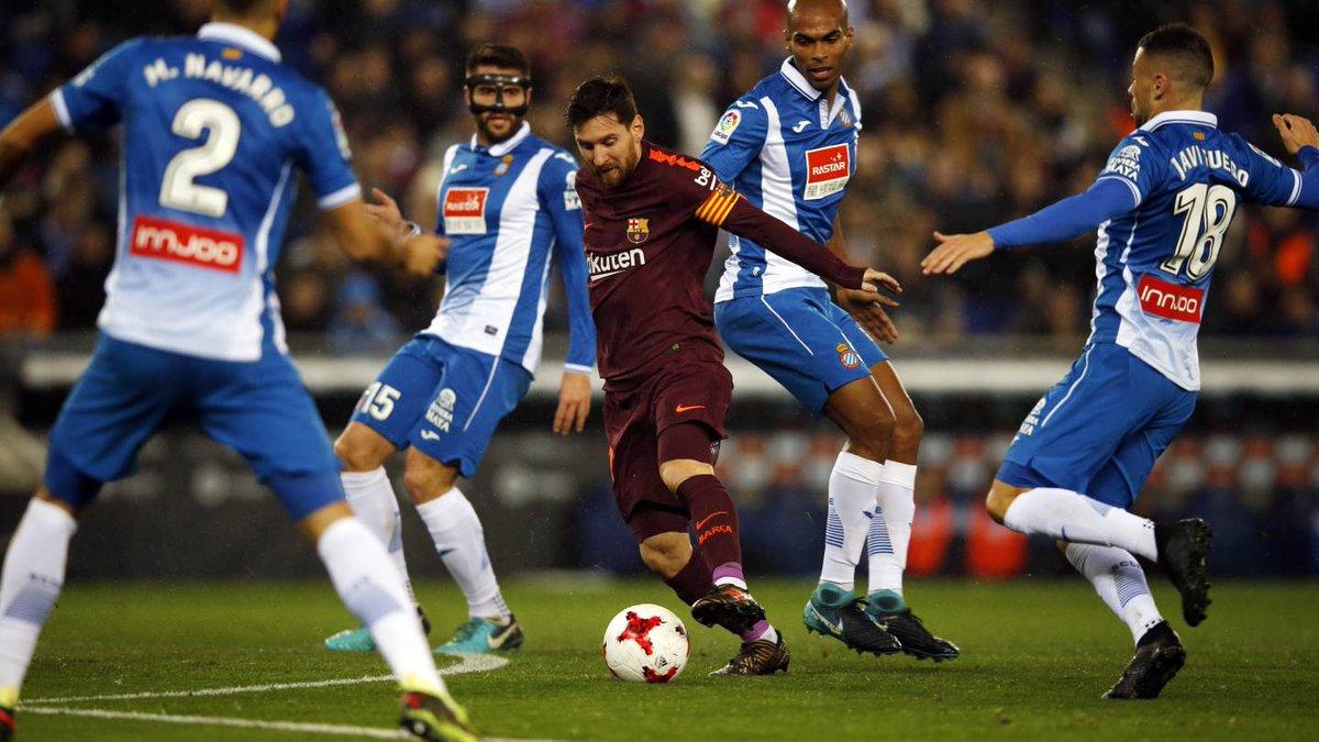 [SELECCIONADOS] #Messi maneja la pelota ⚽ e intenta dejar atrás a los cuatro futbolistas rivales. https://t.co/rrwZ0kppue