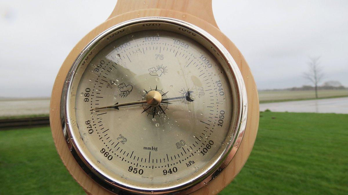 De barometer sloeg vanmiddag flink naar beneden uit in Roodeschool, een prachtige foto van onze reguliere weerfotograaf Jannes Wiersema https://t.co/TbTi6JcNOk
