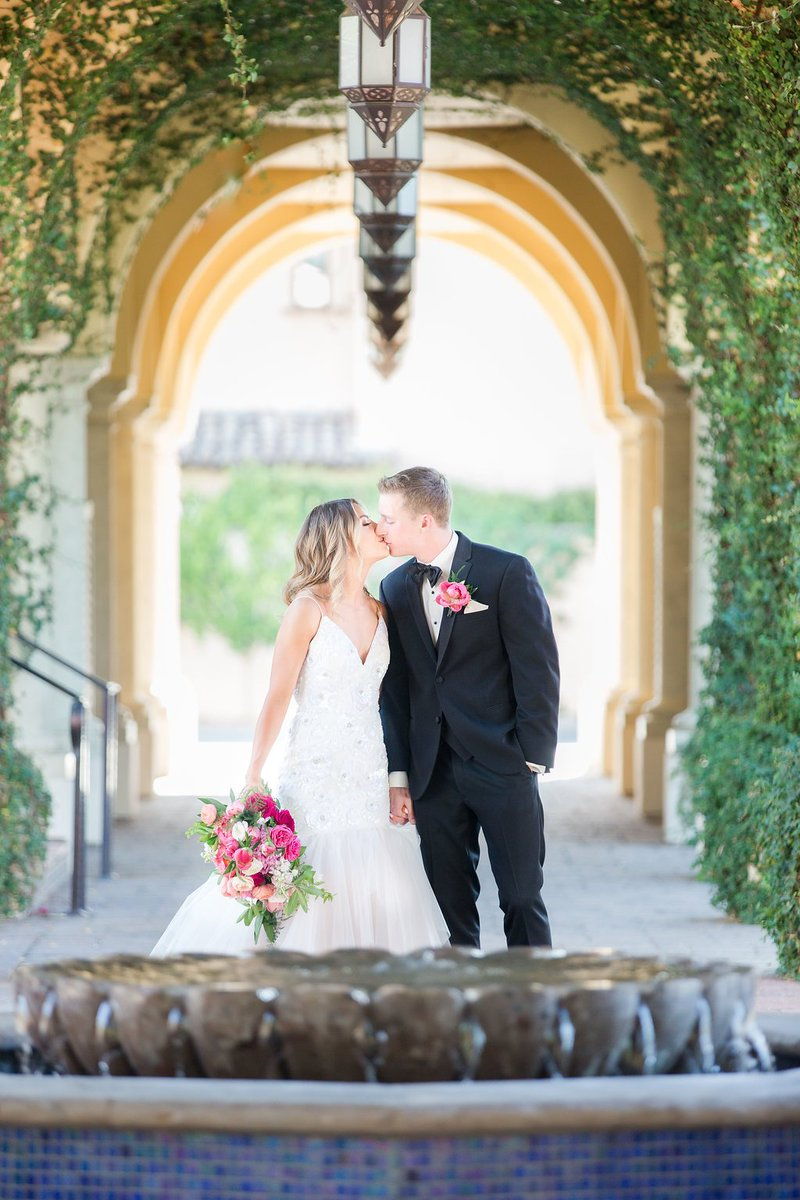 #TBT to this beautiful wedding! How gorgeous is that dress and those flowers?? venue: @omnimontelucia photography: @ryannicolephotography  #wedding #love #happy #beautiful #weddinggoals #amazing #style #weddingflowers #modwedding #azwed #luxury #dreamcometrue #azflowerbar https://t.co/WtfUqCfObw