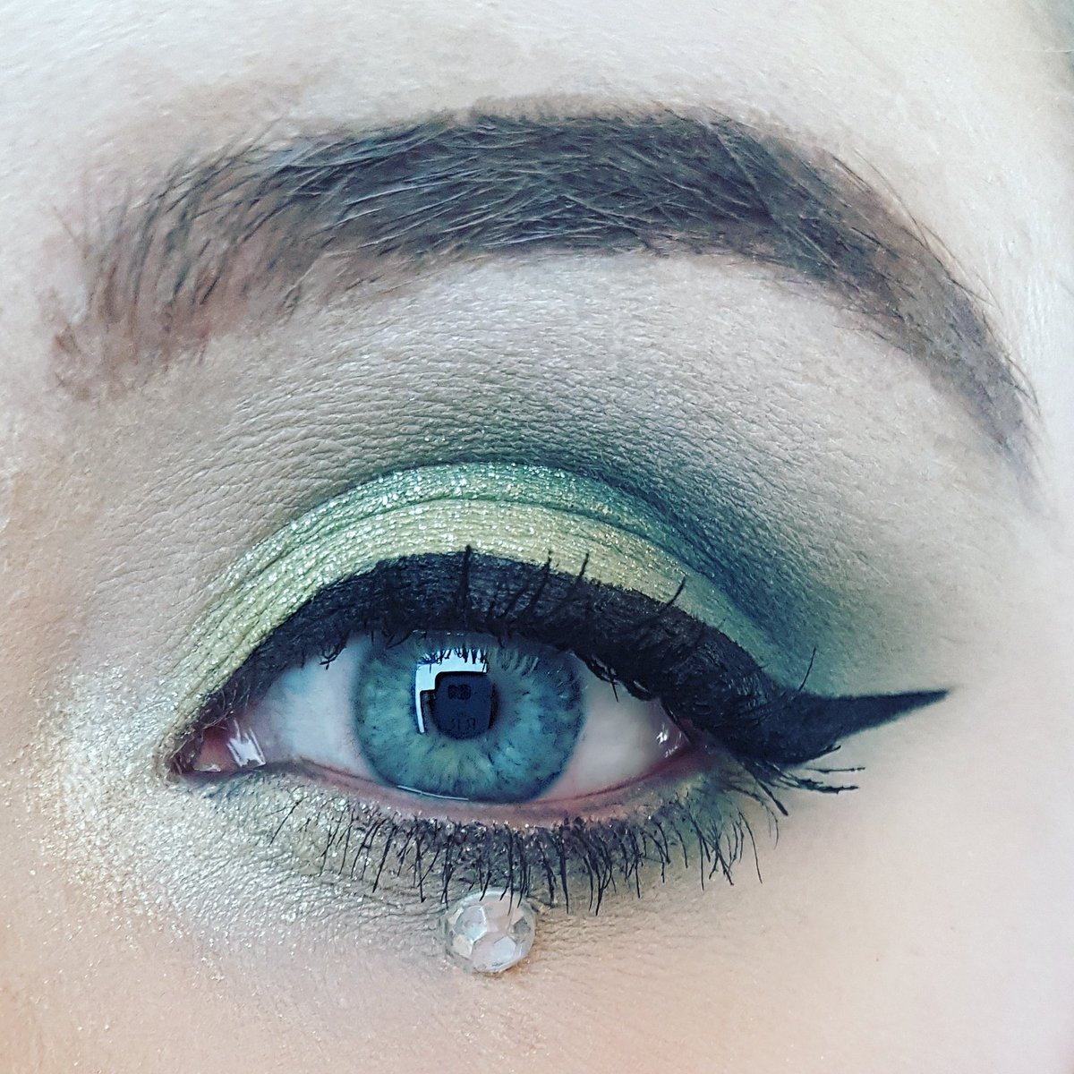 Close up of my #slytherin look using the @MakeupRVLTN Re-Loaded Palette! Please take a look at the tutorial &amp; sub if you like it   https:// m.youtube.com/watch?feature= youtu.be&amp;v=y4kUkM_l4Hw &nbsp; …  #SmallYouTuberArmy #smallyoutubercommunity #smallyoutuber #HarryPotter #BBloggers #beauty #makeup <br>http://pic.twitter.com/EDy8fFlt2M