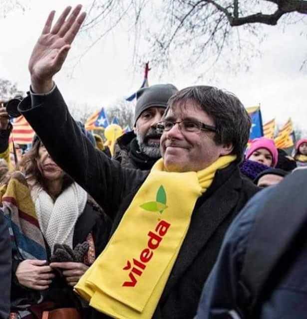 #Vileda #Bufanda #Puigdemont #catalunyademocratica Puchi execán la mà dreta, com si fore un #Feixiste #Endavant https://t.co/UAt8D2aDr3