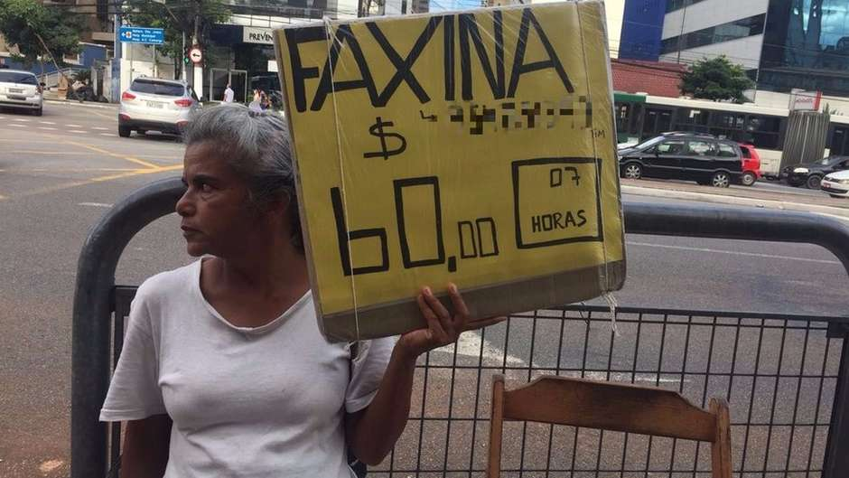 'Fico pensando em leis enquanto limpo privadas': a advogada que virou faxineira em São Paulo https://t.co/hG7dHxkkpw