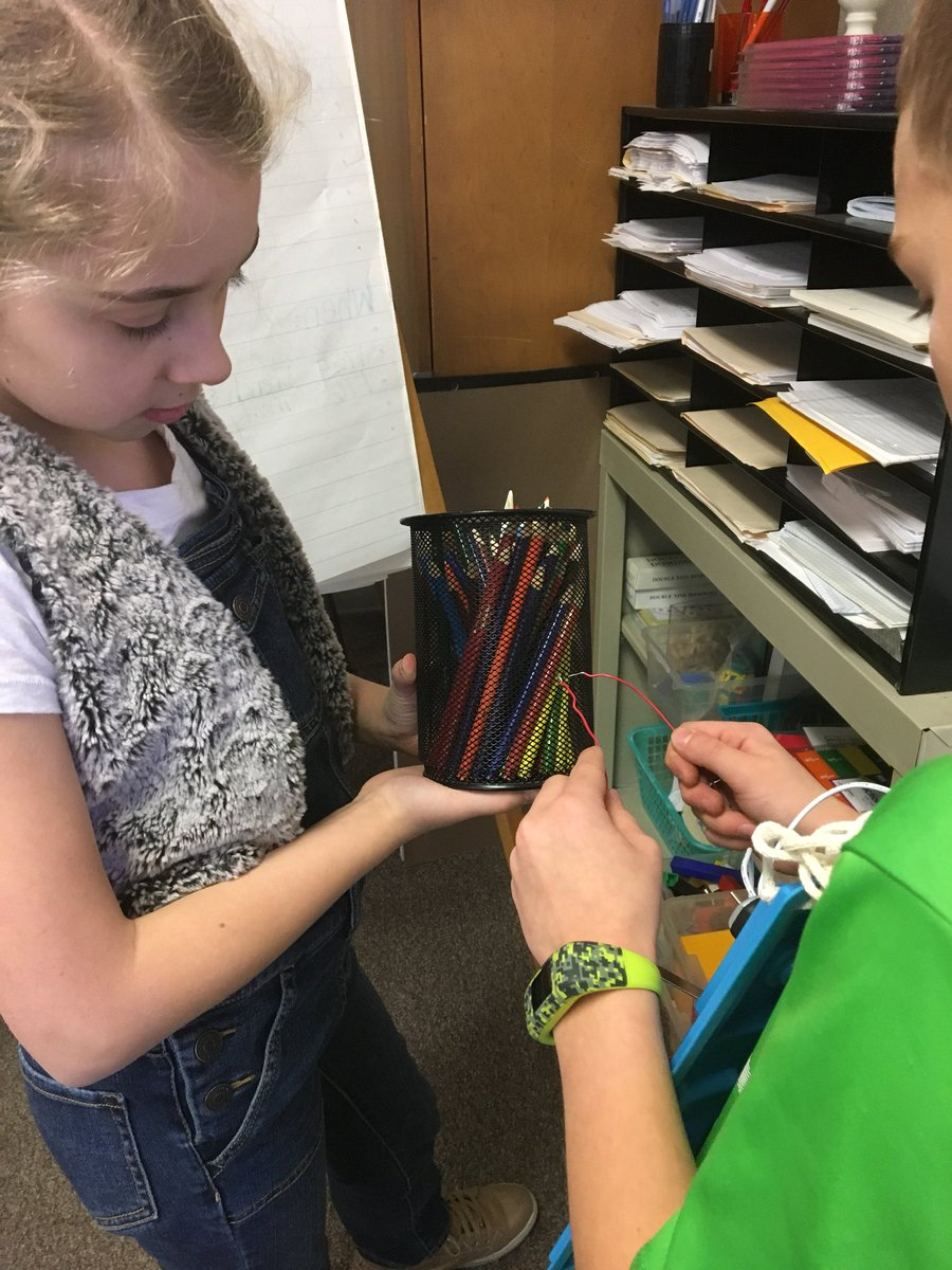 @southhillhawks 4th grade predicted / tested which classroom objects/materials act as conductors or insulators. Questions remain as to why the metal wind chime and water bottle did not complete the circuit. @IthacaNYSchools @luvelleb