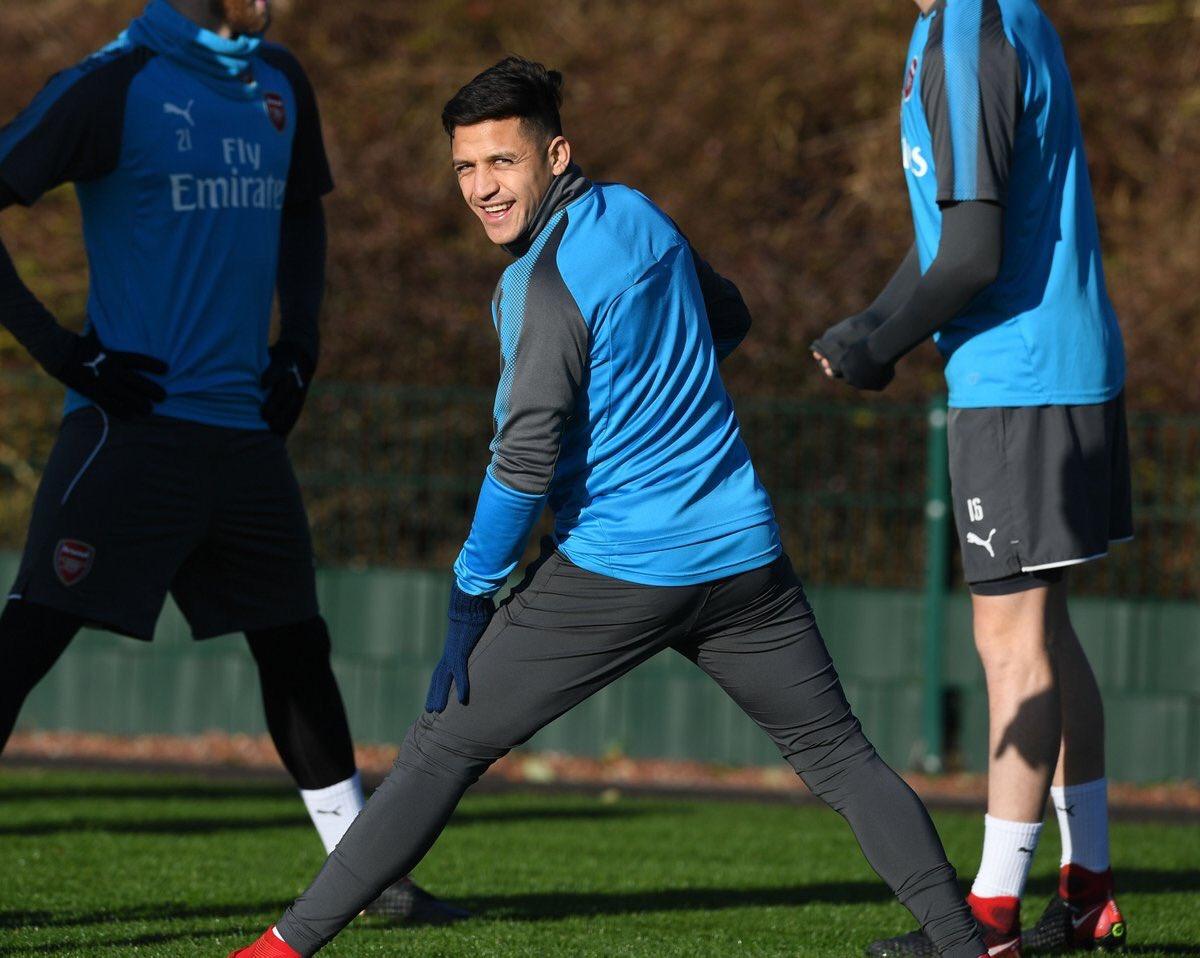 Alexis Sánchez à l'entraînement avec Arsenal, malgré les rumeurs annonçant une visite médicale avec MU ce vendredi.  (📸 @charles_watts)