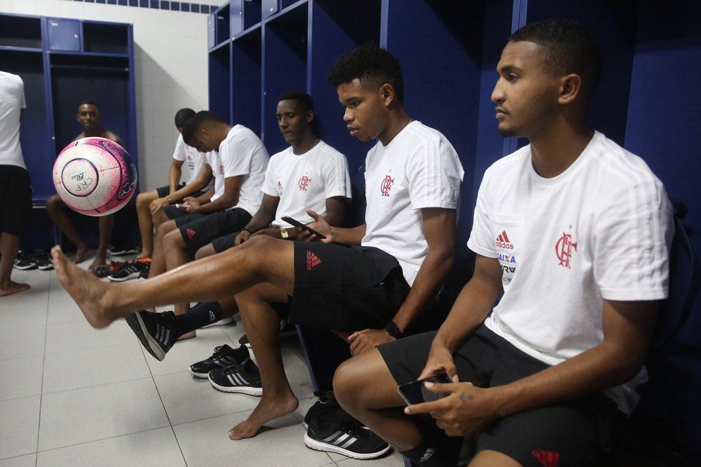 Aliás, os garotos já estão no vestiário de olho na bola do jogo #GarotosDoNinho https://t.co/AUSKGn9UpB