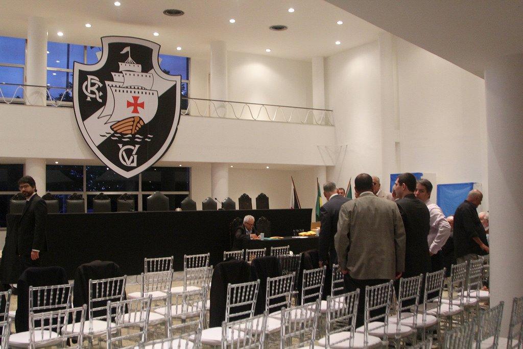 Boa noite, vascaínos! Será iniciada em instantes, na Sede Náutica da Lagoa, a reunião do Conselho Deliberativo que definirá a Diretoria Administrativa do Vasco da Gama para o triênio 2018-2021. Acompanhe por aqui em tempo real.