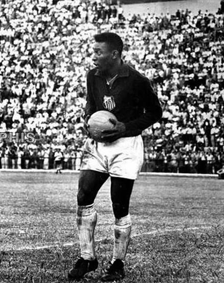 Você diria não a este homem? No dia 19 de Janeiro de 1964, o Rei @Pele substituiu o goleiro Gylmar, que foi expulso, aos 41 minutos do 2º tempo, na vitória do Peixe por 4x3 sobre o Grêmio, no Pacaembu. E o Rei já havia marcado um HAT-TRICK na partida. #MemóriaSFC #PeléEterno