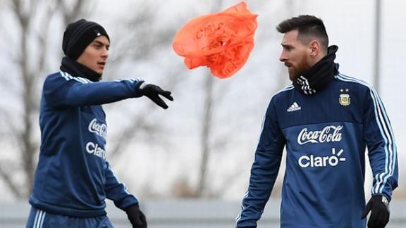 Ex-Juventus, Laudrup defende Dybala: 'Não lhe faz bem ser comparado com Messi' https://t.co/Amco3HRWiL