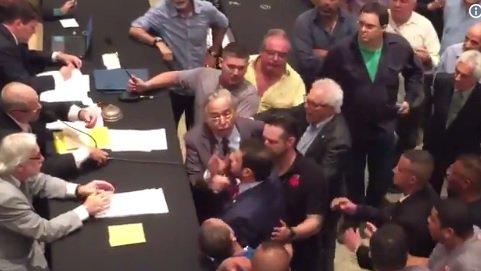 No Vasco, Eurico faz discurso e depois se desentende com Brant. Veja o vídeo do entrevero e acompanhe a eleição https://t.co/xJcGbOxiZK