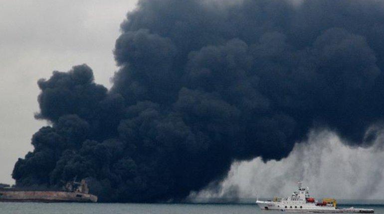 Пожар на танкере. Фото: Твиттер