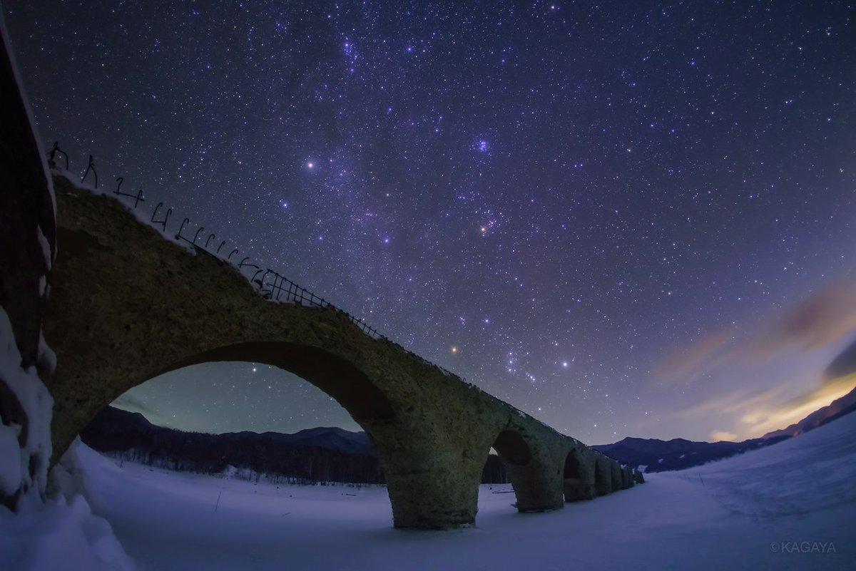 星降る夜、凍結した湖に眠る銀河鉄道の橋。 冬の天の川とオリオンに彩られたタウシュベツ川橋梁です。 (先週北海道上士幌町にて撮影) 今日もお疲れさまでした。明日もおだやかな1日になりますように。