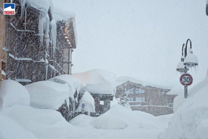 #APOCALYPSISNOW en Alpes!!! 😮😱❄️❄️❄️ En muchas estaciones de la Saboya (Francia) y del Valle de Aosta (Italia) ya no saben qué hacer con tanta nieve... 😵 Alerta máxima por el riesgo extremo de aludes ⚠️ ➡️Más fotos en: https://t.co/QnanuBUOJn