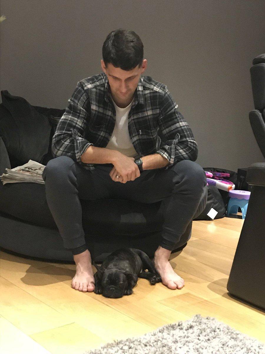 La femme d'Eric Lichaj (Nottingham Forest) lui avait promis un chien s'il marquait un triplé en Cup face à Arsenal.  Malgré un 'simple' doublé, qui a contribué à l'élimination d'Arsenal, il a finalement eu son chien et l'a appelé... Gunner. 😅