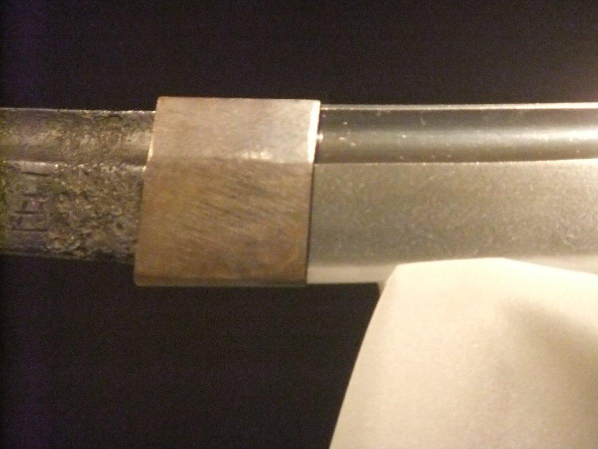 大包平のはばき、気が付きました?刀身と同時に作られた銅のペッタンコはばき。表面も鑢で削ったまま。金のはばきに作り替えなかった池田家に感謝。このはばきを見ると、大包平はもともと武器であったことが分かります。「武器として作られた刀がもっとも美しい」って、これ日本刀の「美」の鍵。