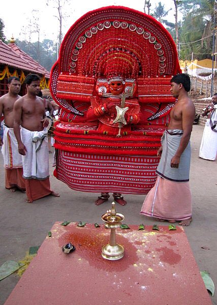 """インドのお祭り""""Theyyam""""に現れる神様だけは畏怖の念とか通り越してただただ逃げたくなるランキン…"""